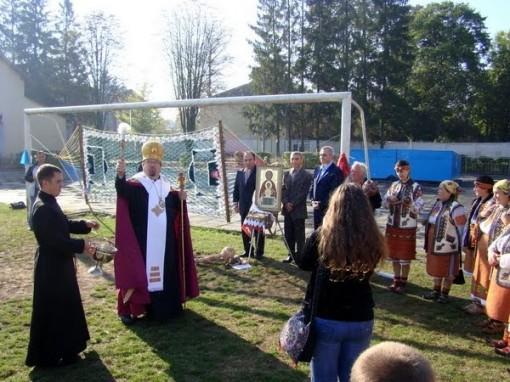 Pappi siunaa uuden jalkapallokentän 2
