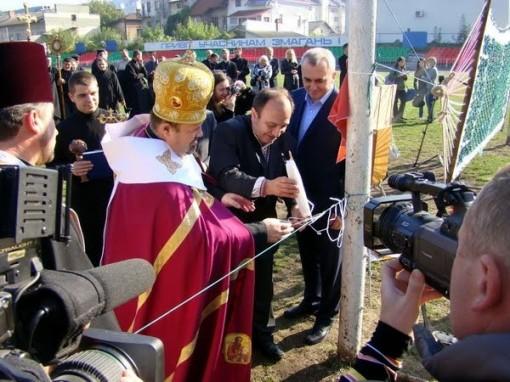 Pappi siunaa uuden jalkapallokentän 3