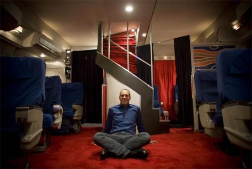 Anthony Toth rakensi 1970-luvun Pan Am -lentokoneen ensimmäisen luokan autotalliinsa 1