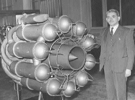 Sir Frank Whittle moottorin prototyypin vierellä
