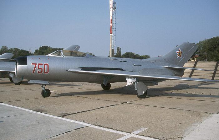 MIG-19 Romanian ilmavoimien tunnuksissa.