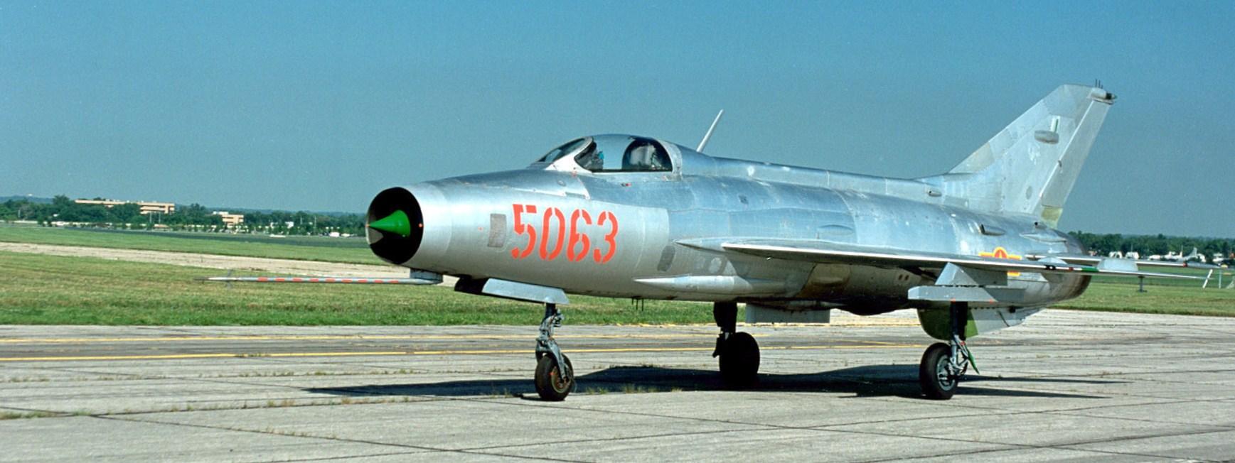 Romanian ilmavoimien MIG-21 kiitoradalla