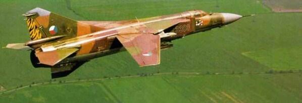 """MIG-23 """"Flogger"""" lennolla Itä-Euroopan yllä."""