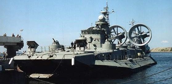 Zbur-luokan ilmatyynyalus satamassa