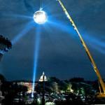 Maailman suurin diskopallo nousi Pariisin taivaalle