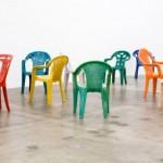 Sam Durant: Porcelain Chairs -porsliinituolit ovat kuin muovia