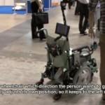 Robotti-pyörätuoli ohjaa itse itseään vieressä kulkevan henkilön rinnalla