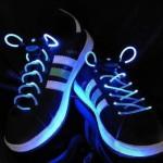 LED-kengännauhat loistavat pimeässä yössä