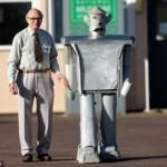 60 vuotias kauko-ohjattava ihmisen kokoinen robotti kävelee jälleen!