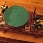 Punkkia soittava höyrykäyttöinen levysoitin on todellista steampunkkia