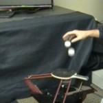 Robotti joka pomputtelee samanaikaisesti kahta pingispalloa yhdellä pingismailalla