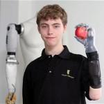 Poika pyysi kirjeellä F1-tallia sponsoroimaan itselleen uuden proteesin, sai maailman edistyneimmän bionisen käden
