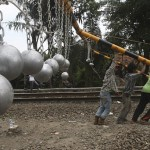 Indonesian rautatiet taistelee pummilla matkustamista vastaan betonikuulilla