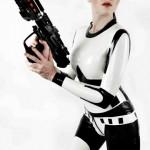 Tähtien Sodasta inspiaatiota ammentava stormtrooper-lateksipuku on kinky