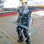 Ulkoinen robottitukiranka auttaa työntekijöitä nostamaan raskaita esineitä