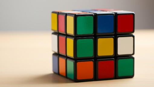 Rubikinkuutio tarjoaa älyllisen haasteen