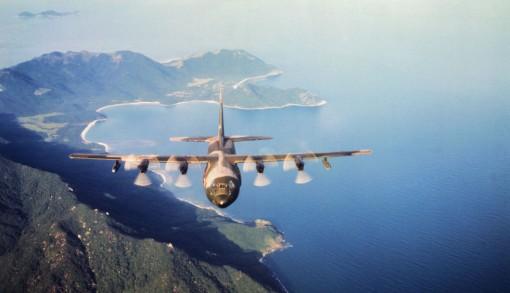 C-130 Hercules lentää Etelä-Vietnamin rannikon yllä