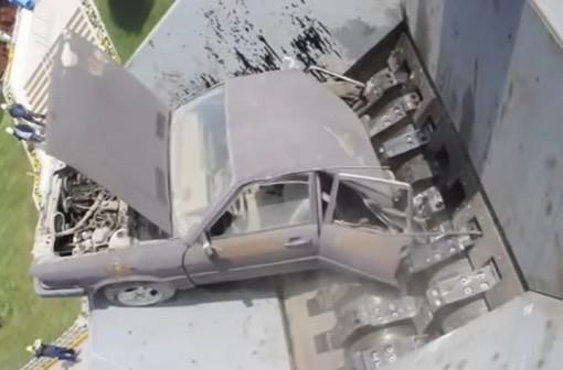 Auto murskautuu