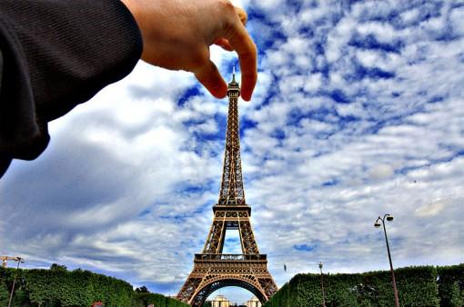 Eiffel-torni sormien välissä