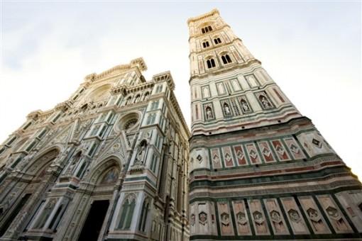 Giotton kellotorni Firenzessä. Kolme ylintä kerrosta näyttävät alhaalta katsoen yhtä korkeilta, mutta todellisuudessa ylemmät ovat korkeampia kuin alemmat (ks. ylempi kuva)