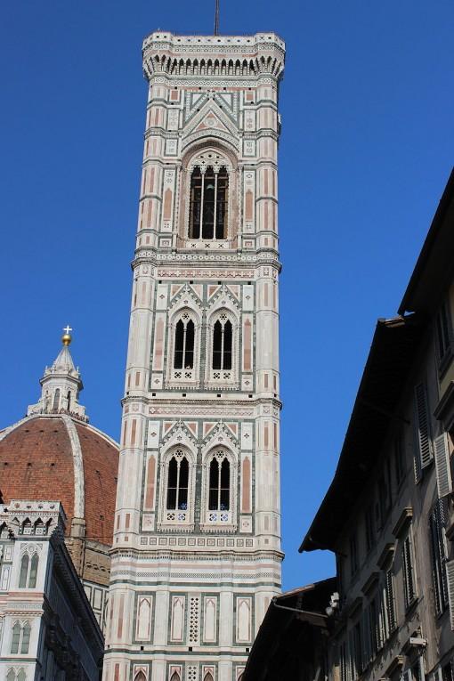Giotton kellotorni kuvakulmasta, josta näkyy ylimmän kerroksen korkeus