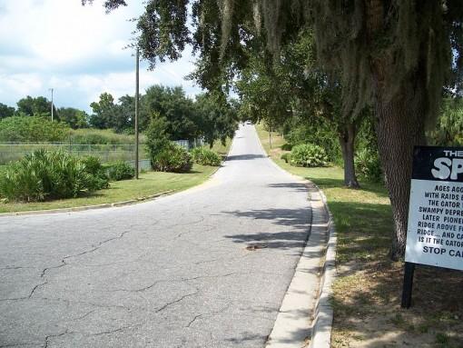 Spook Hill Floridassa. Tie näyttää nousevan kauempana, mutta todellisuudessa kyseessä on vain harhaanjohtavasta horisontista johtuva optinen harha