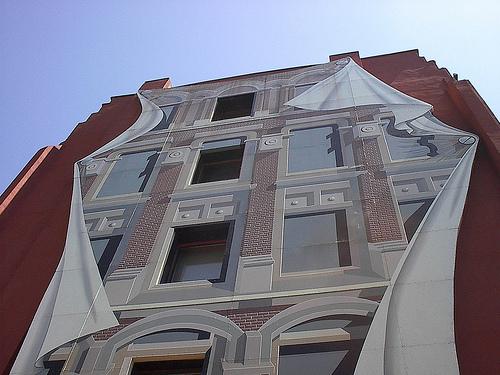 Trompe l'œil -silmänlumetta. Toronton Flatiron Buildingin julkisivuun maalattu kuva luo illuusion kolmiulotteisesta seinäpinnasta
