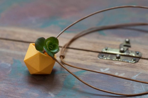 Wearable Planter Necklace -kasvikaulakoru