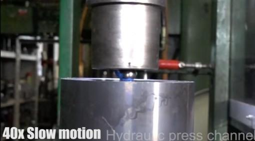 Hydraulinen puristin vs. laakerinkuula kuvakaappaus videolta