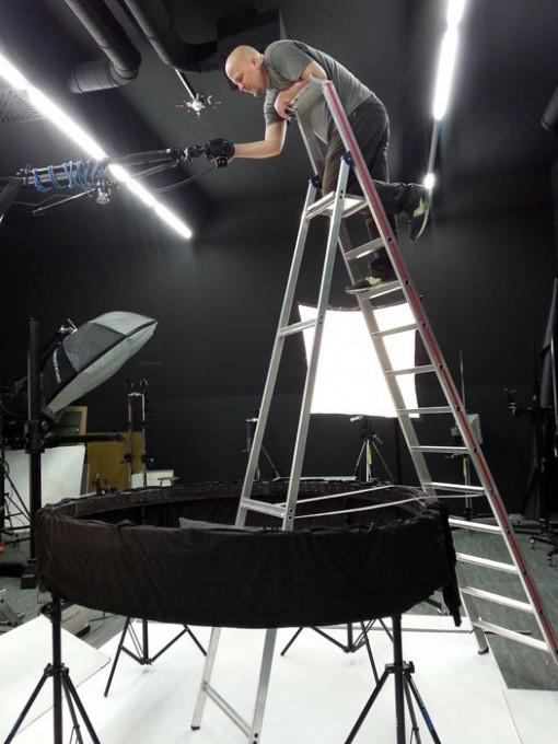 100 neulanreikäkameralla toteutettu Bullet Time -taideprojekti