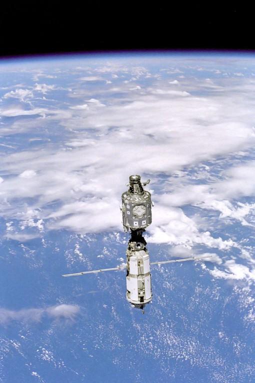ISS:n vaatimaton alku kesäkuussa 1999. Zarya- ja Unity-moduulit liitetty toisiinsa joulukuussa 1998 sukkulalennolla STS-88