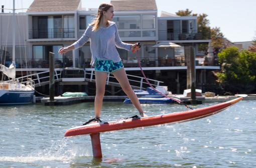 JetFoiler -sähkölainelauta kulkee veden yllä ja ilman aaltoja