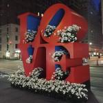 New Yorkissa täytetään julkisia roskiksia näyttävillä kukka-asetelmilla – Taidetta vai ilkivaltaa?