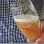 Olut turvottaa vatsaa, jos sen kaataa lasiin ilman kuohuntaa, katso video oikeasta kaatotekniikasta