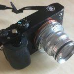 Valokuvaaja leikkasi Sony a7 -kamerastaan etsimen irti – Lopputulos on toimiva