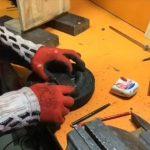 Mies tarvitsi puutyökoneen pieneen työhön ja rakensi sellaisen itse edullisista tarvikkeista, arvaa mikä laite ennen kuin video loppuu!