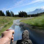 Alpeilla lasketellaan vuorenrinteitä kesäkelkoissa, pituutta radalla jopa 3535 metriä
