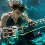 Aquasonic on tiettävästi ensimmäinen vedenalainen bändi, laulua ja instrumentteja vesitankeissa