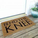 Bend the Knee -ovimatto kertoo vieraille kuinka tulla kyläilemään