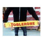 Pystyykö tunnissa syömään 4,5kg jätti-Toblerone-patukan? Kilpasyöjän videolla se selviää