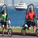 GlideCycle -pyörässä istutaan penkillä ja poljetaan vauhtia jaloilla -tunne kuten olisi painoton