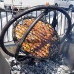 Gyroskooppi-grilli pyörittää lihaa jokaisen akselin ympäri – Kesän suuri hitti?