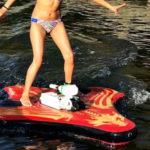 Waterblade Stingray on hieman kuten motorisoitu rullalauta, mutta veteen