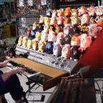 Furby-orkesteri koostuu 44 Furby-nukesta, joita soitetaan painelemalla koskettimia