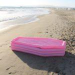 Hauta-arkku-uimapatja, pinkki idea, jolla saa huomiota rannalla!