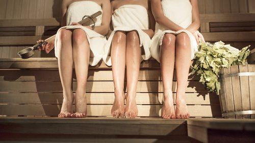 Alastomia naisia saunassa, pyyhkeet päällä