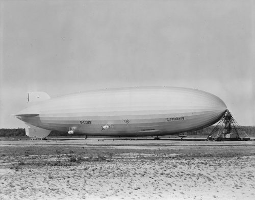 LZ 129 Hindenburg Lakehurstissa vuonna 1936