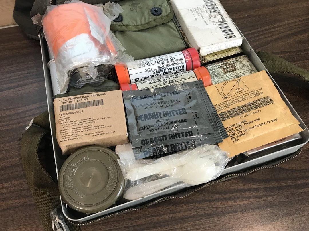 Heittoistuimen kylmien olosuhteiden hätäpaketti 70-luvulta. Nämä eivät sisällä makuupusseja (ks. What's Inside: Rigid Seat Survival Kit (RSSK), Cold Climate)