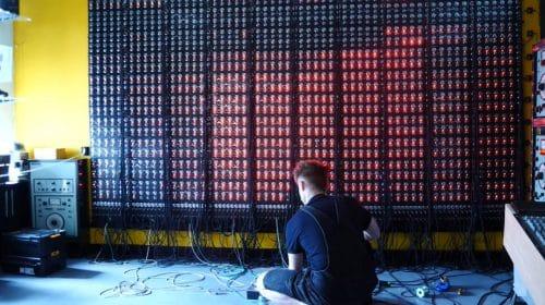 1000 oskillaattoria seinällä