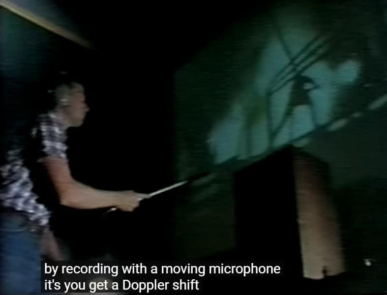 Kuvassa äänitetään lasermiekan ääntä - kädessä on pitkulainen mikrofoni